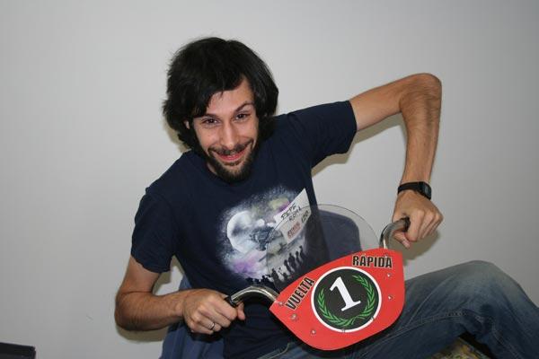 El señor Pepe Roma y su Vuelta Rápida, con uno de los mejores gadgets que he visto en un jueg: el super manillar!